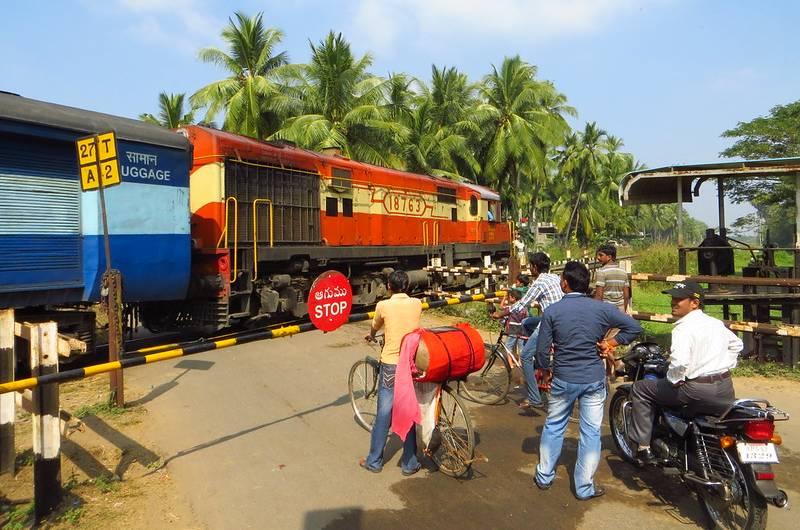 02565 Train Running Status